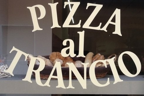 la vetrina della pizzeria che evidenzia la specialità pizza al trancio