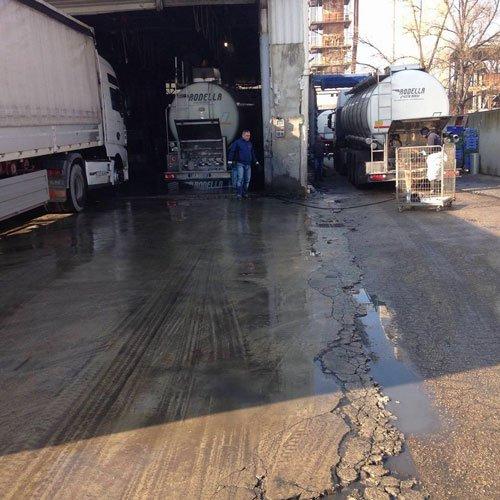 dei camion vicino a un capannone