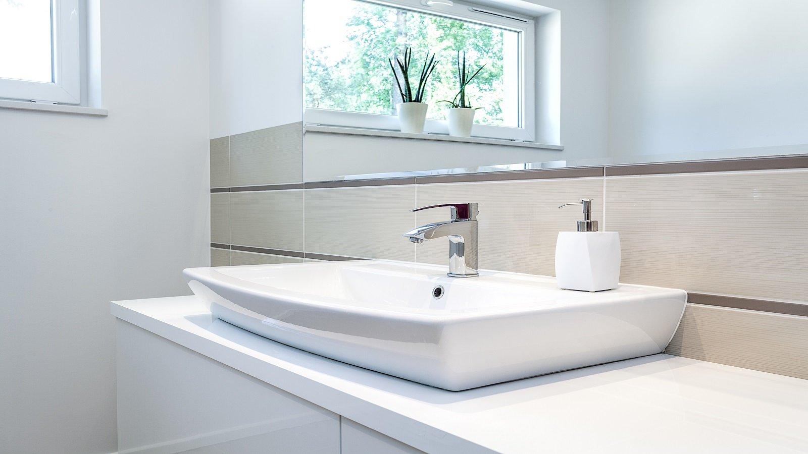 un lavabo con un rubinetto in acciaio inox