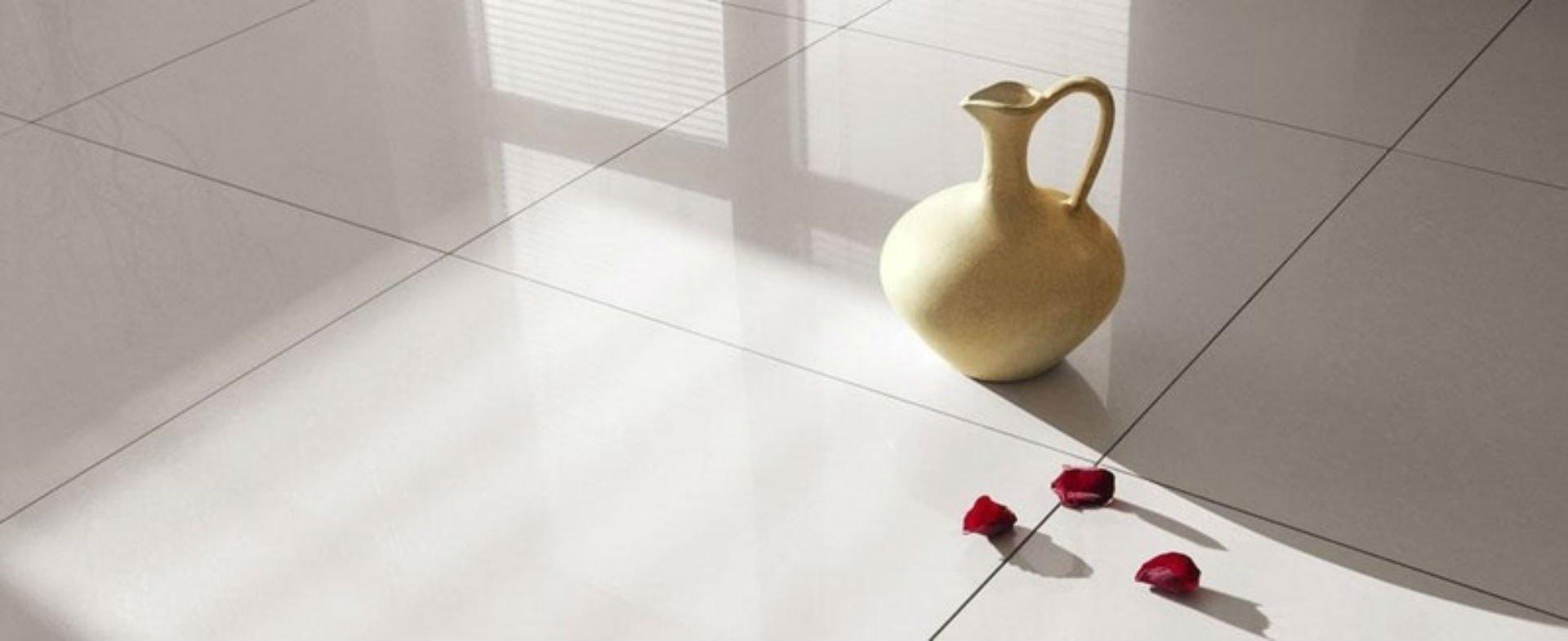un pavimento in piastrelle bianche e una brocca