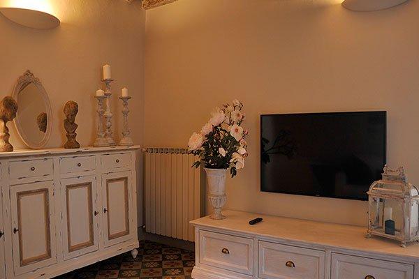 ampio soggiorno, con un divano letto e televisione
