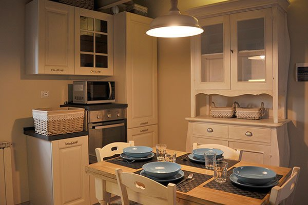 La cucina è una bella stanza con i mobili di legno, calda e accogliente