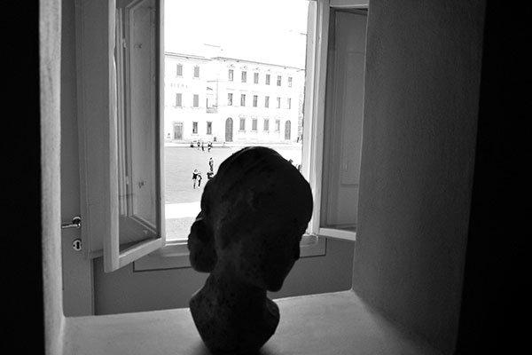 Bella foto in bianco e nero, il busto accresce l'immagine