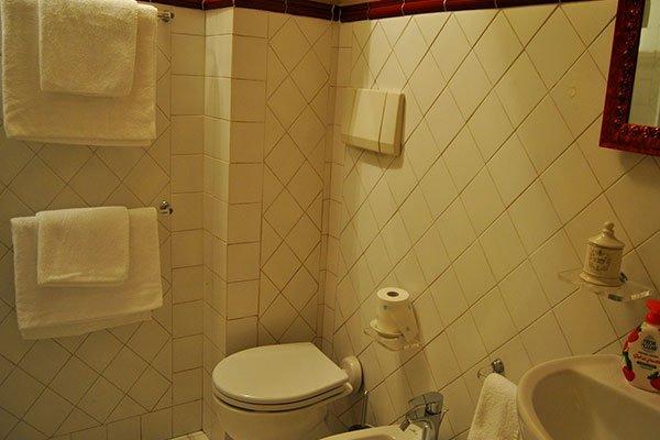 Con piastrelle bianche e di stile classico, il bagno dispone di una doccia.