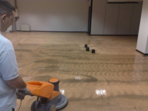 deceratura pavimentazione pvc con ausilio di monospazzola e dischi abrasivi