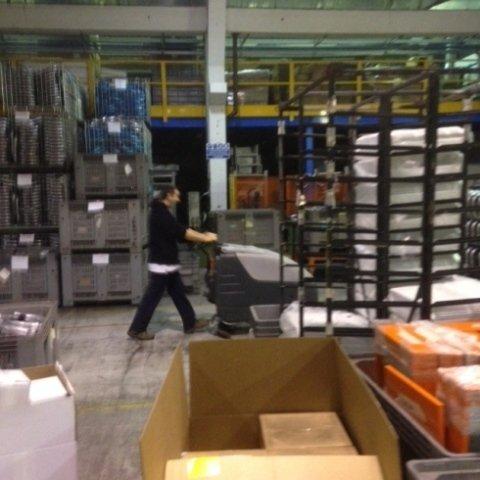 pulizia aree produttive con ausilio di lavapavimenti industriale