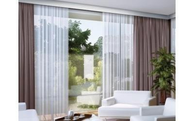 una finestra con delle tende di color bianco e marrone
