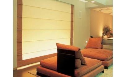 Salone con mobili marroni e veneziane di color crema orlato in marrone
