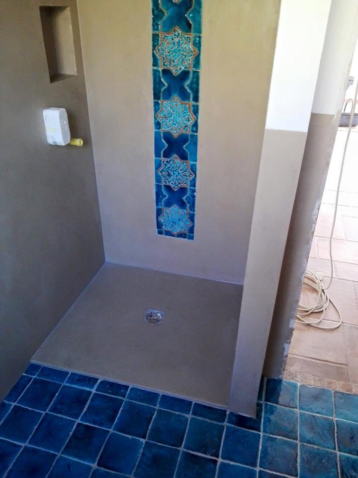 piastrelle blu in un bagno