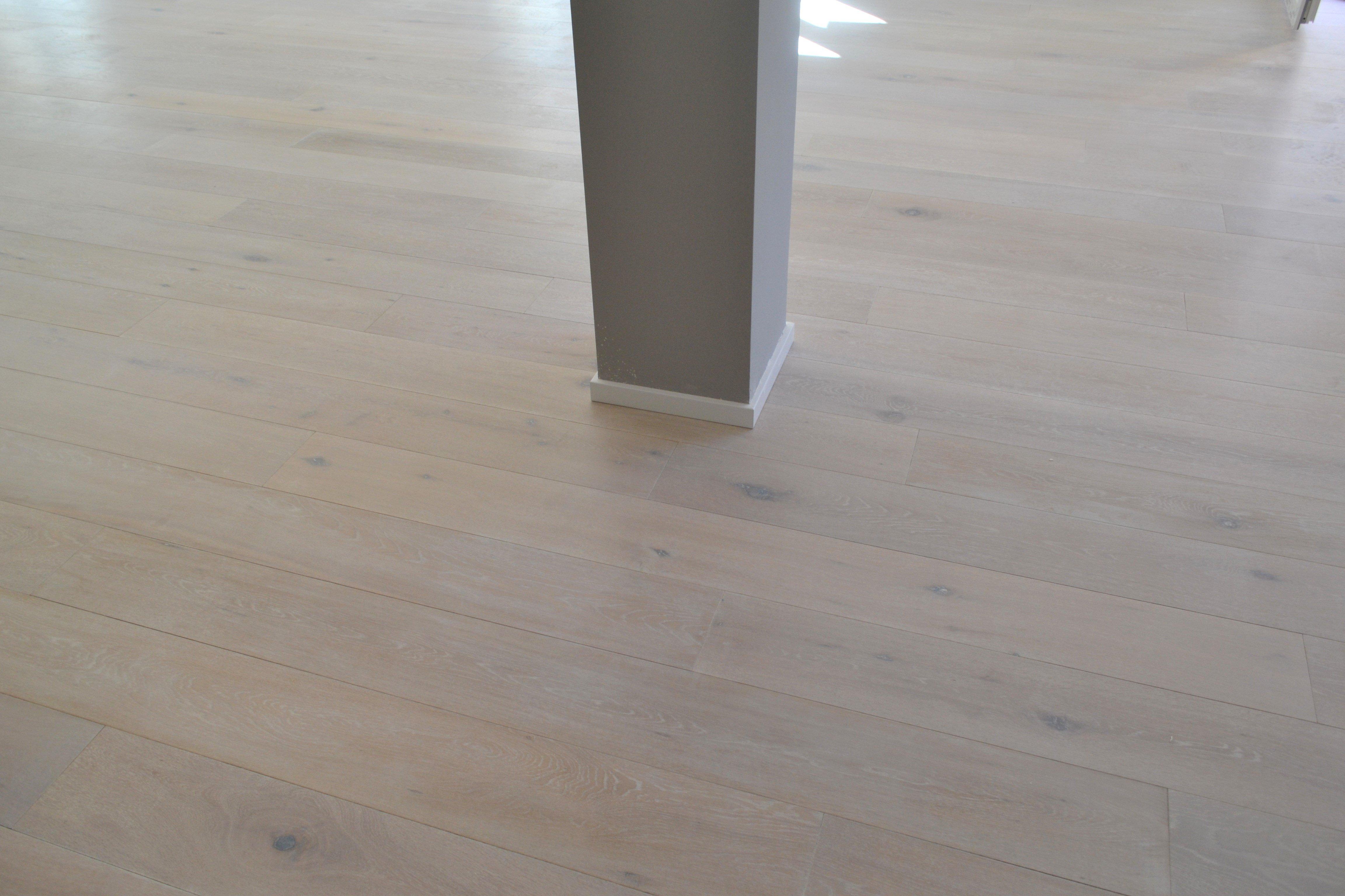 pavimento in parquet con una colonna