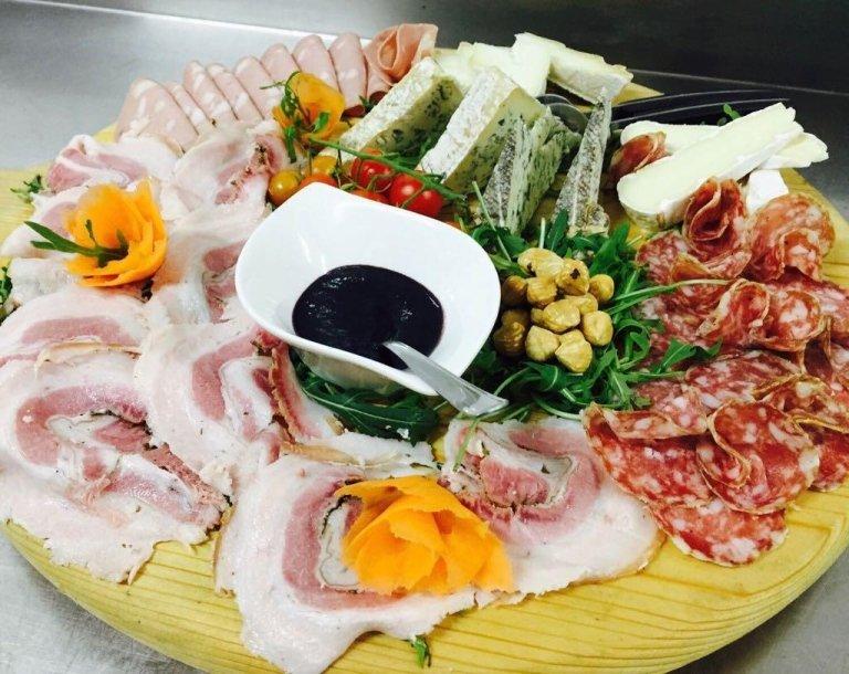 Il nostro misto salumi e formaggi...pancetta arrosto Marini, salame dolce Santoro, mortadella Bonfatti