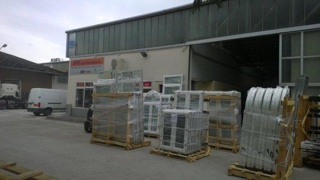 vista frontale dell'impianto IRP serramenti 8 con pacchetti di merci
