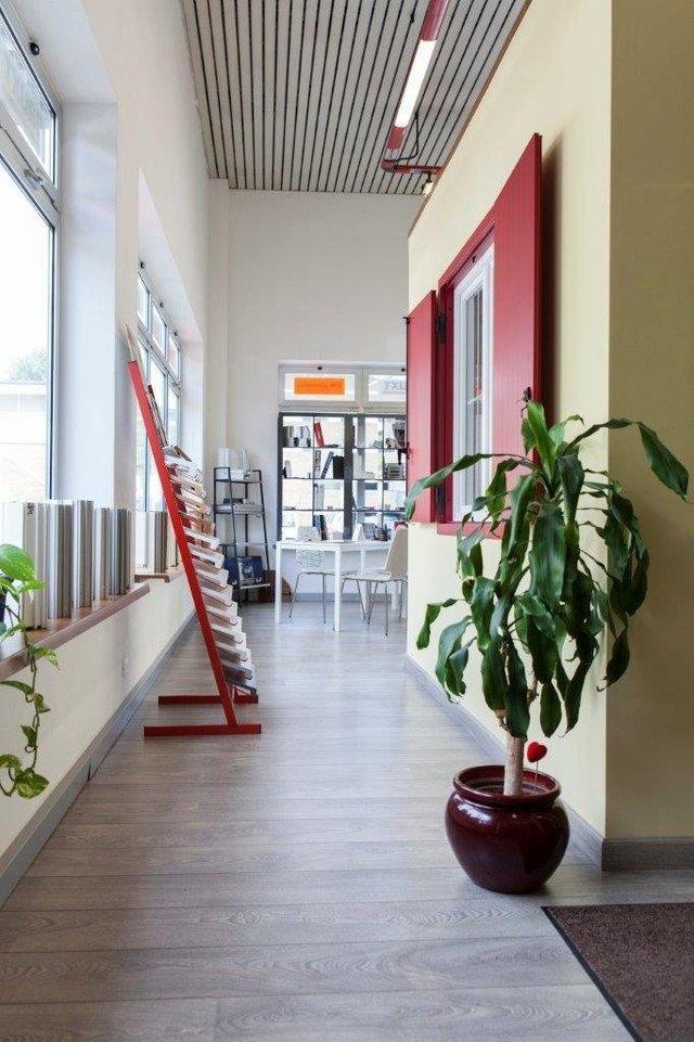 vista frontale di un corridoio con arredamenti di casa