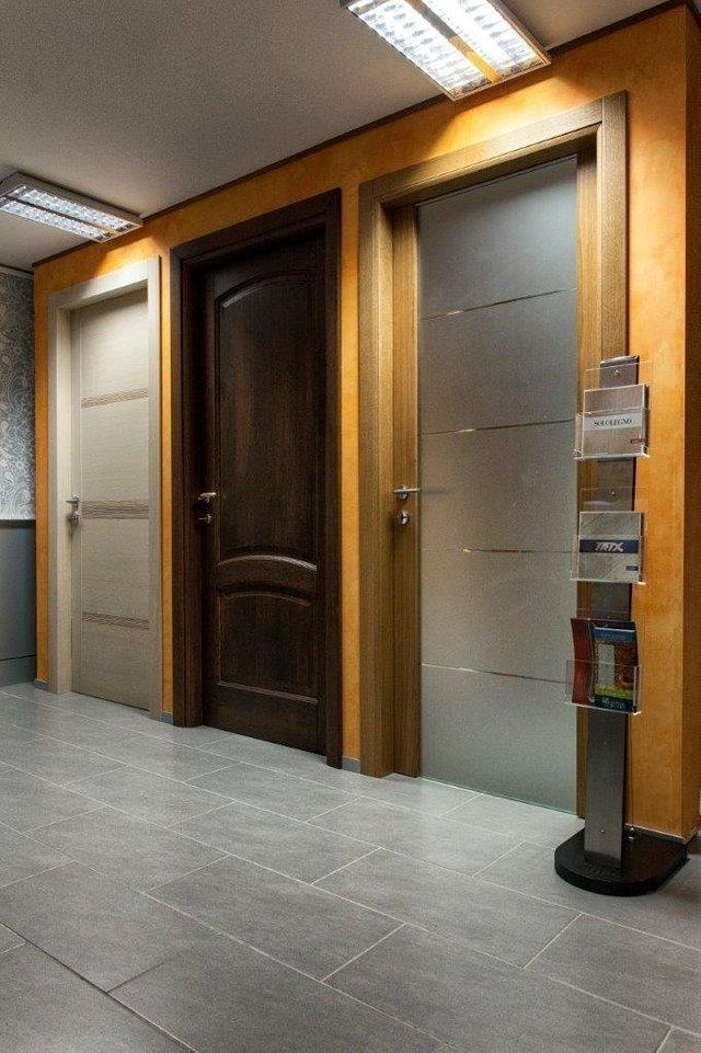 vista laterale di porte interni