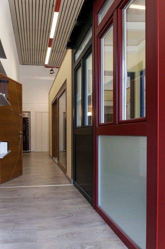 vista frontale di un corridoio con porte scorrevole