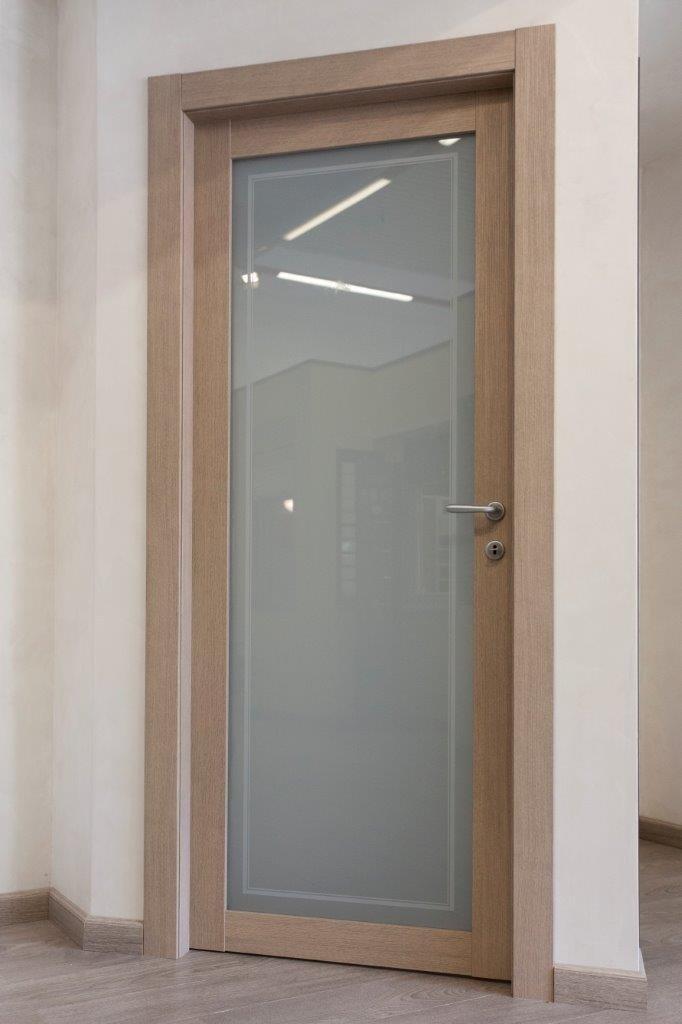 vista laterale di una porta interna in vetro con disegno