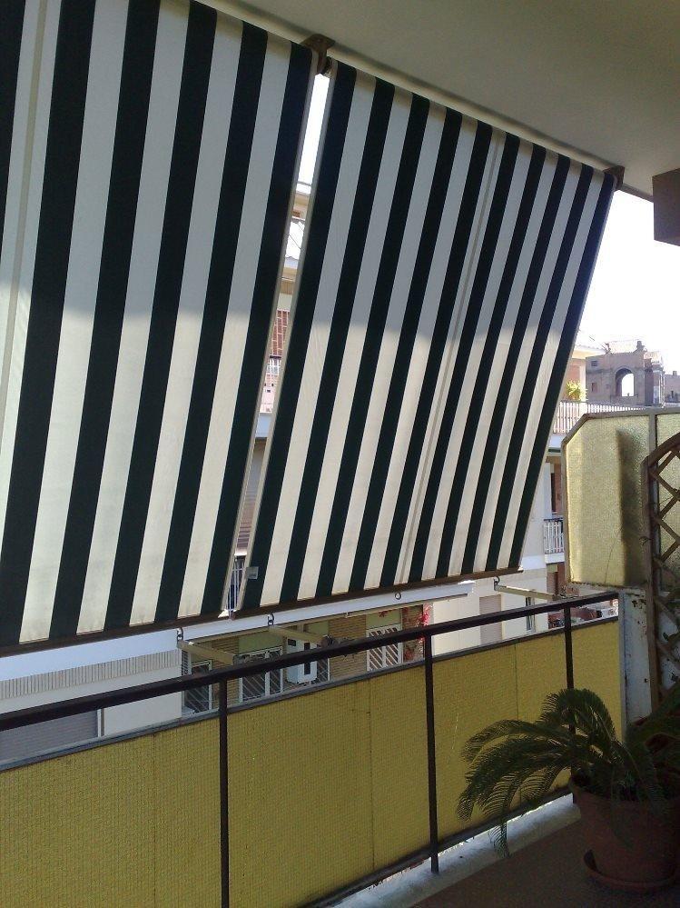 vista laterale di tenda da sole per balcone di una casa