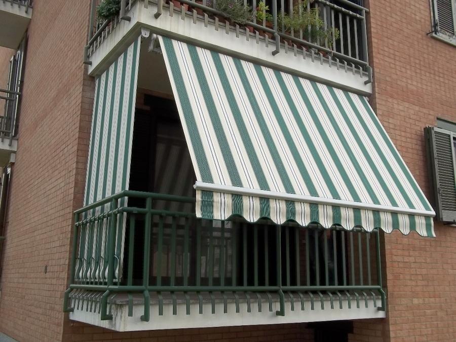 tenda da sole per balcone di una casa con righe sul tenda