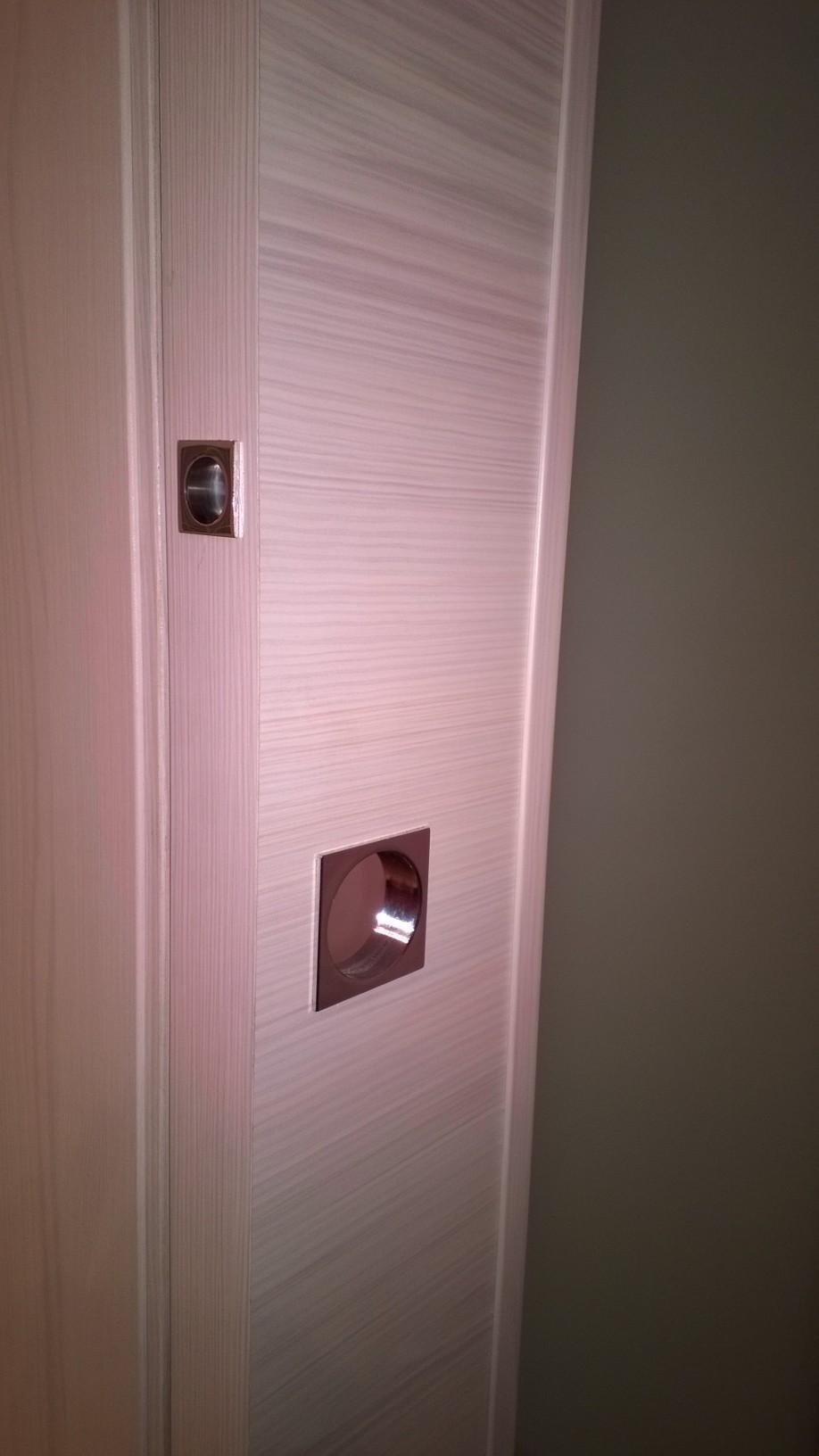 porta in legno con serrature per sicurezza