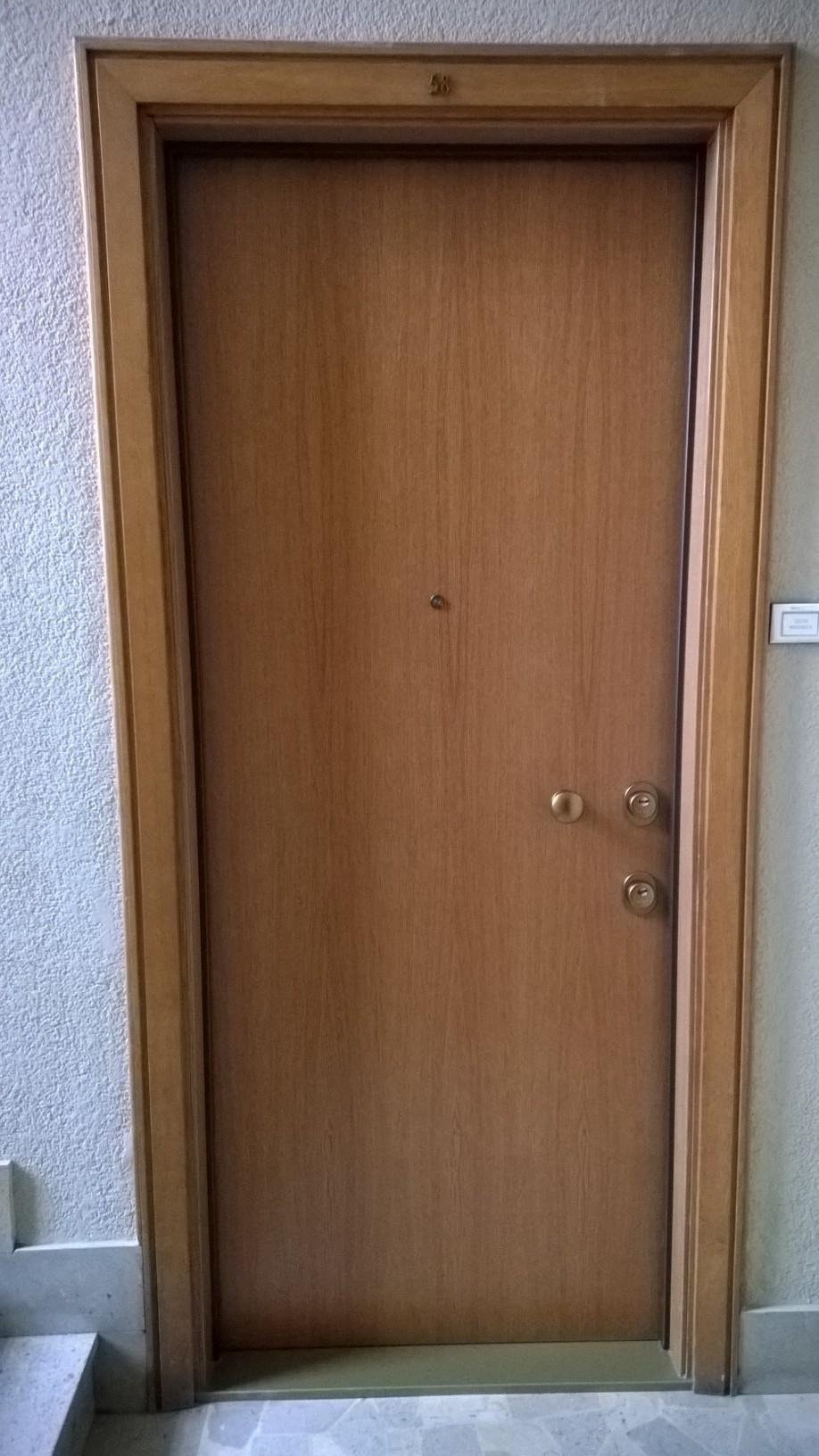 vista frontale di porta blindata