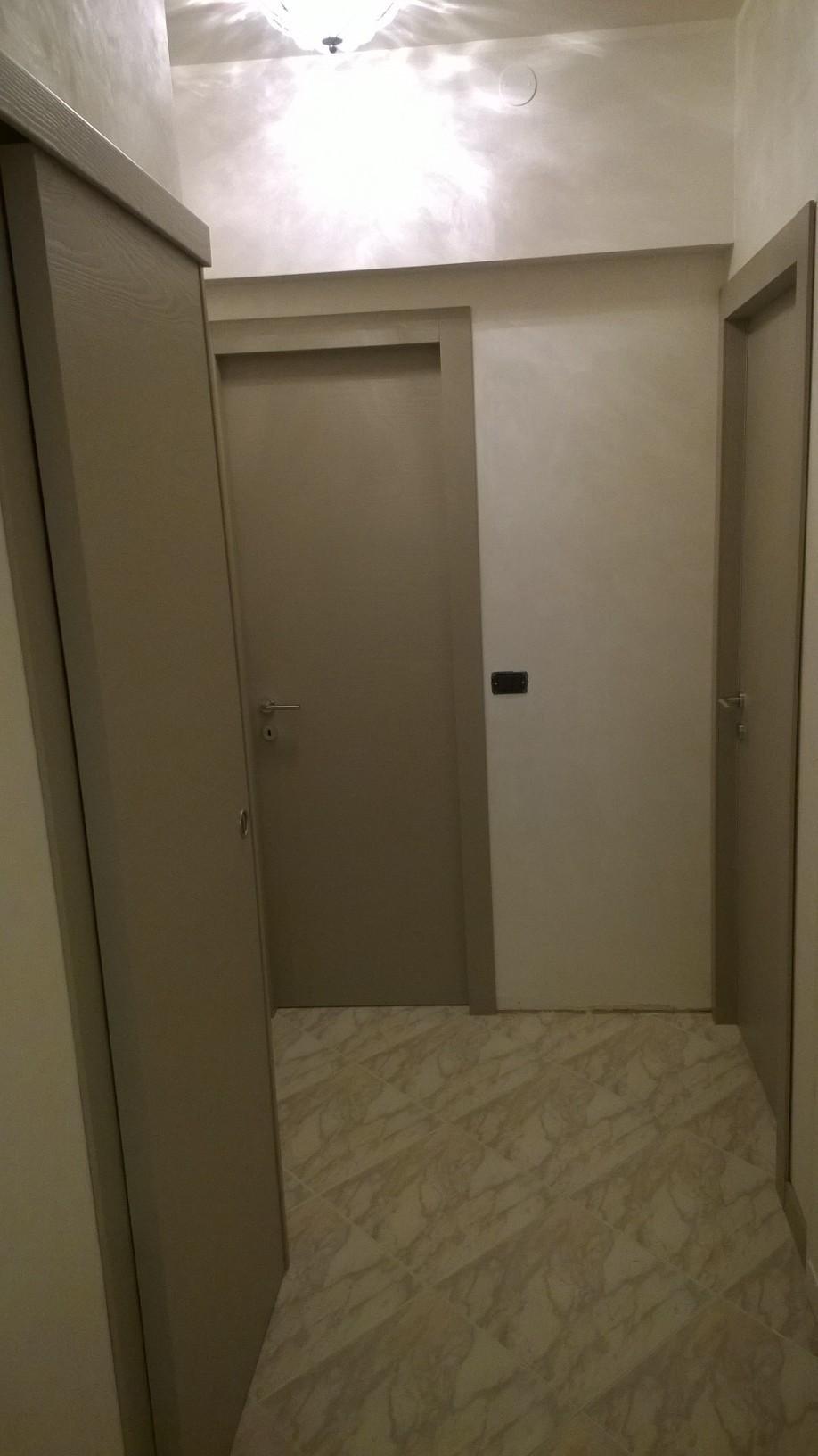 vista di un corridoio con porte interni in laminato