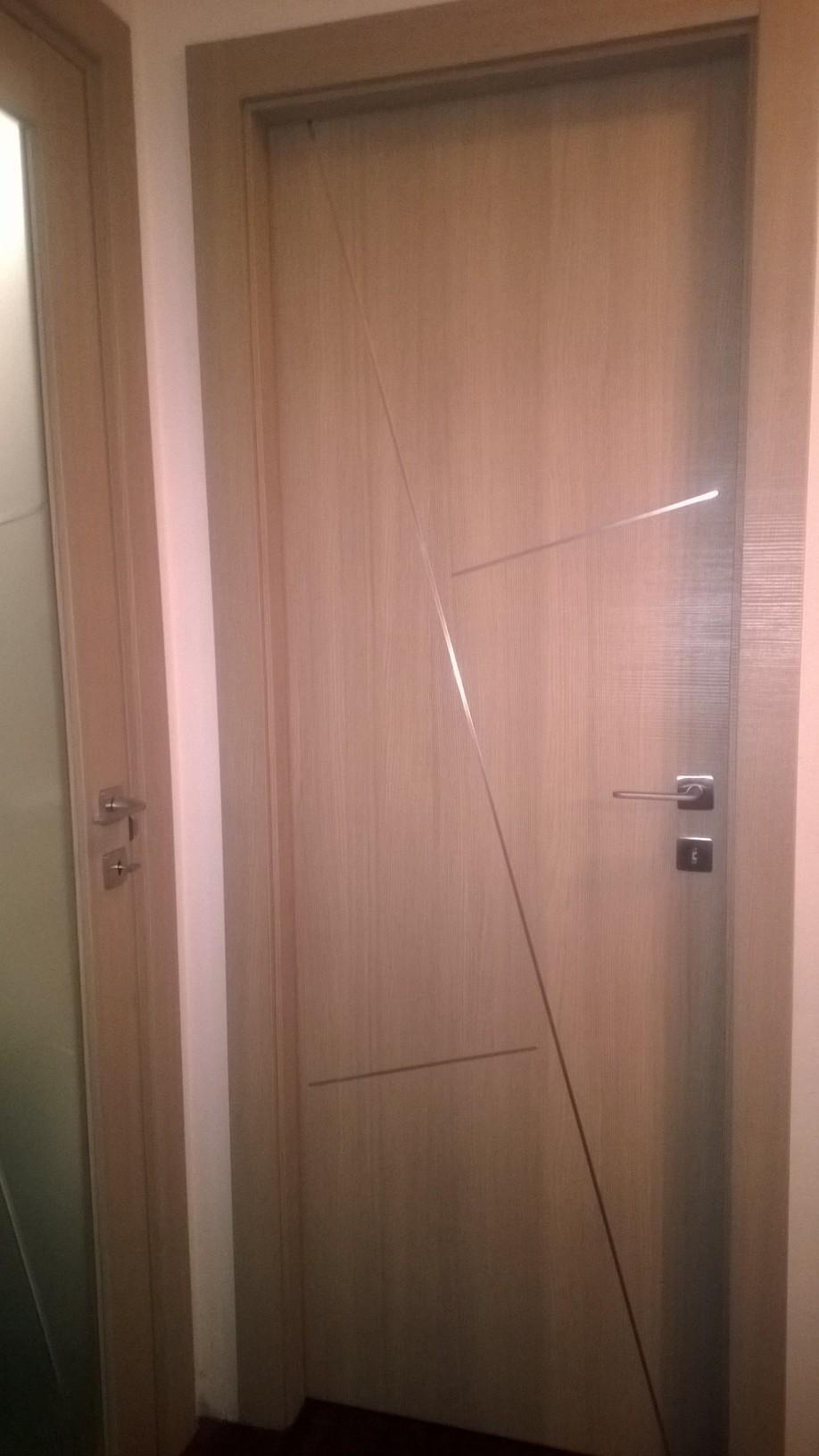 vista laterale di una porta interna in legno massello