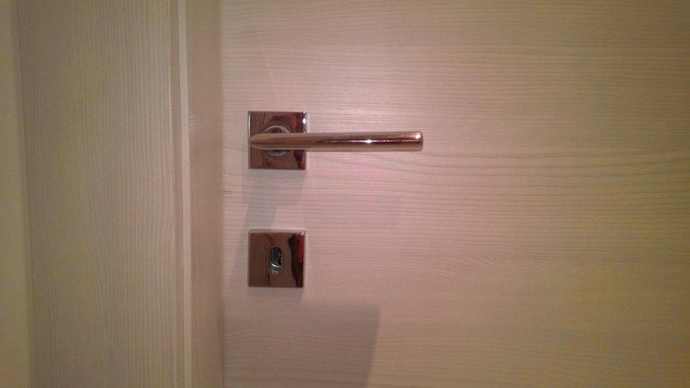 maniglia della porta con serratura centrale