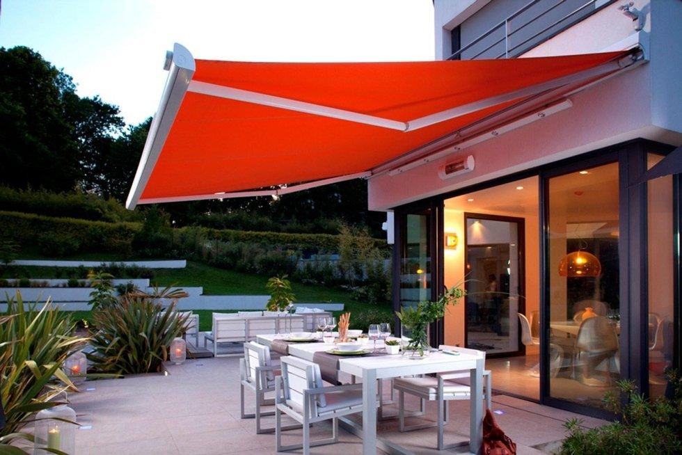 vista esterna di un ristorante con copertura tenda da sole
