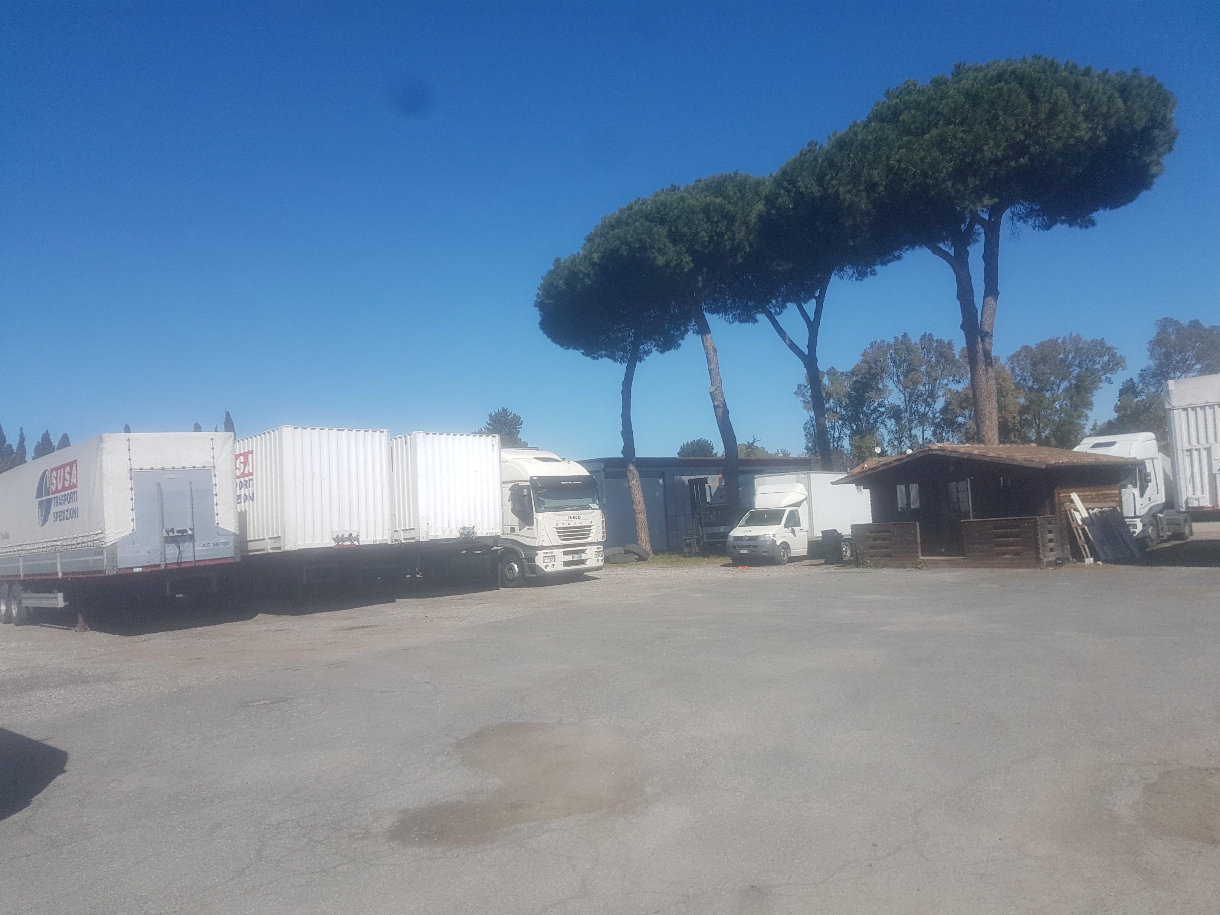 vista di camion parcheggio con alberi