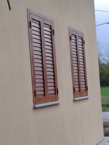 due finestre con le persiane