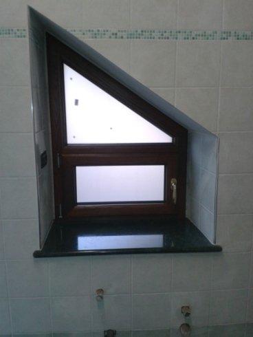 una piccola finestra con finiture in legno