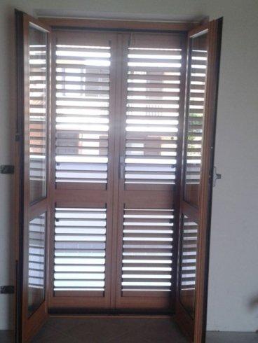 una finestra aperta e le persiane