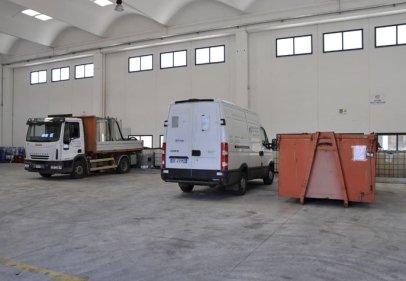 furgone e mezzo per trasporto liquidi vicino container