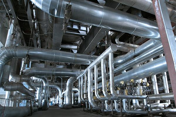 insieme di grossi condotti e tubi in acciaio di un impianto