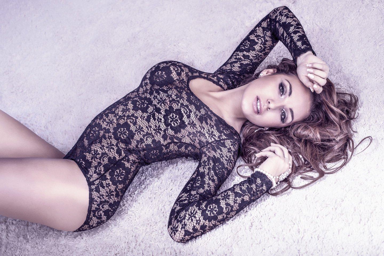Ragazza indossa lingerie Torino