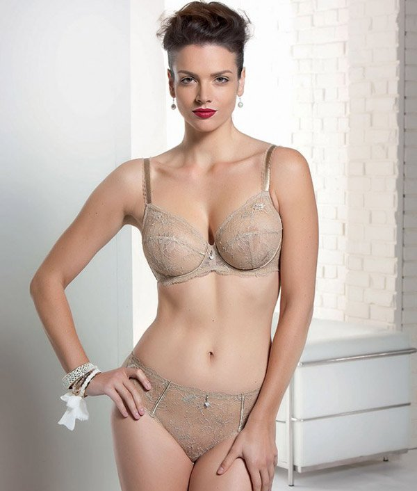 Giovane donna indossa completo intimo - Torino, Italia