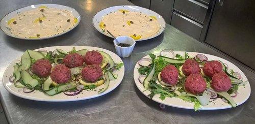 carne cruda e salsa con maionese