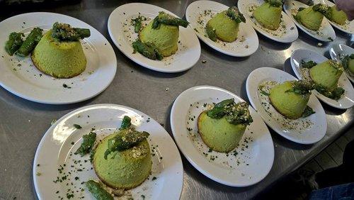 piatti con sformatini di spinaci