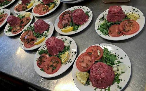 piatti con battuta di carne piemontese