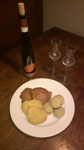biscotti secchi con bottiglia di vino per dolce