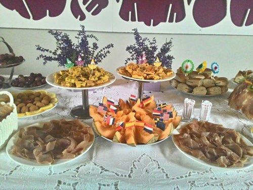 tavolo con ricco buffet