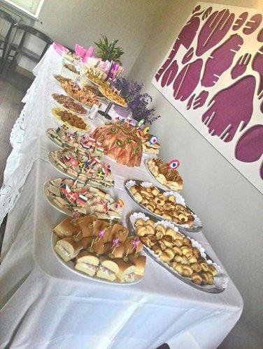 vista laterale di un tavolo con buffet