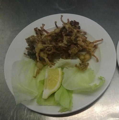 frittini con insalata e limone a contorno