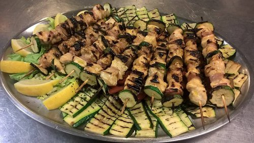 spiedini con verdure grigliate in un vassoio
