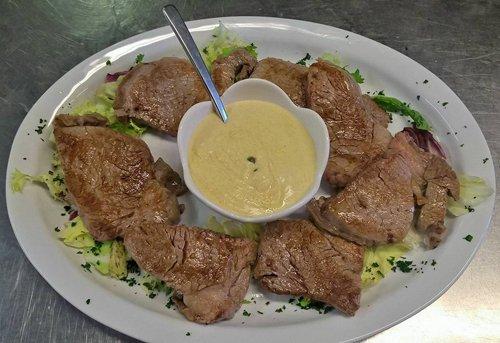 grigliata di carne con salsa al centro