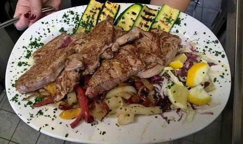 grigliata di carne con verdure grigliate