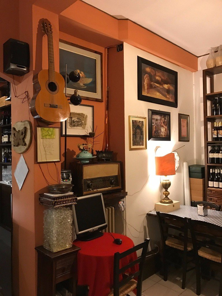 radio antica con tavolo sullo sfondo