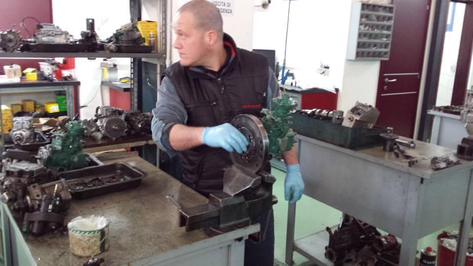 meccanico che ripara un ingranaggio