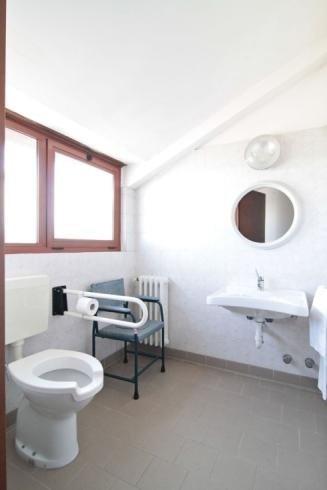 Bagno camera anziani