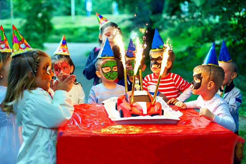 Forniamo anche il materiale occorrente come tovaglie, bicchieri, posate e piatti per una festa a tema. Ci sono anche lanterne luminose